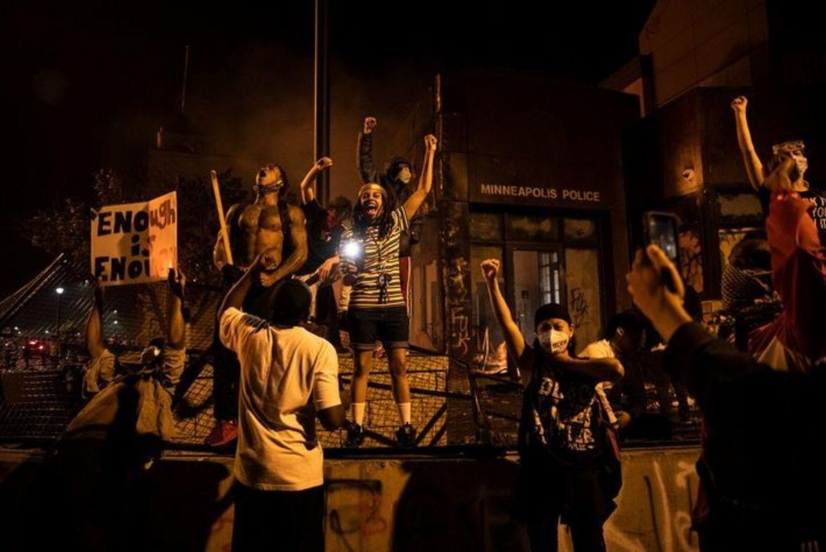 Los manifestantes prenden fuego a la Comisaría Tercera, a los coches y a los edificios de ...