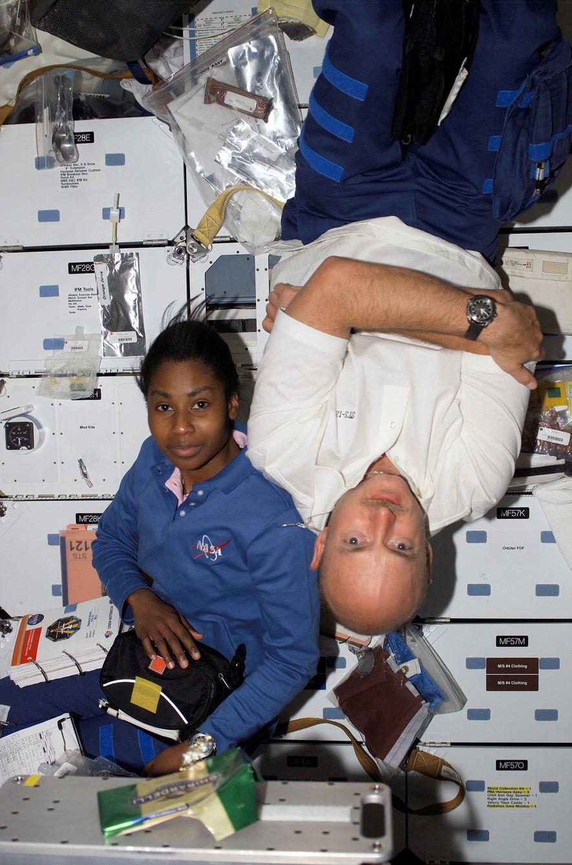 Los astronautas Stephanie D. Wilson y Mark Kelly flotan a bordo de la nave espacial Discovery ...