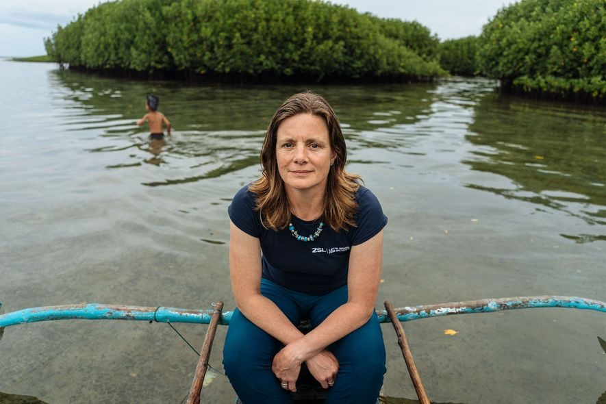 Heather Koldeway, investigadora y exploradora de National Geographic, trabaja con la Sociedad Zoológica de Londres para ayudar a las comunidades a recoger el plástico del océano.