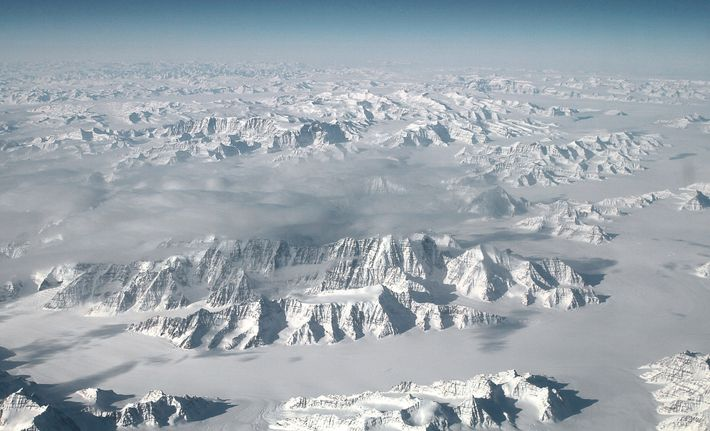 El proyecto OMG vuela un aeroplano DC-3 readaptado por encima de la costa de Groenlandia. En ...