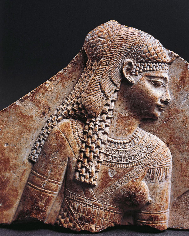 Retrato de Cleopatra que enfatiza su tocado egipcio. A pesar de que la dinastía ptolemaica descendió ...