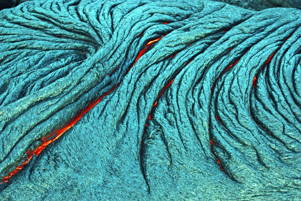 Los flujos de lava pahoehoe, como el que se ve aquí, son producto de un magma ...