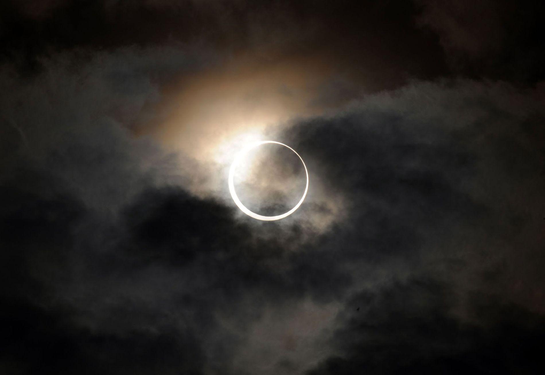 En mayo de 2012, sobre la ciudad de Tokio, un eclipse anular de sol brilla entre ...