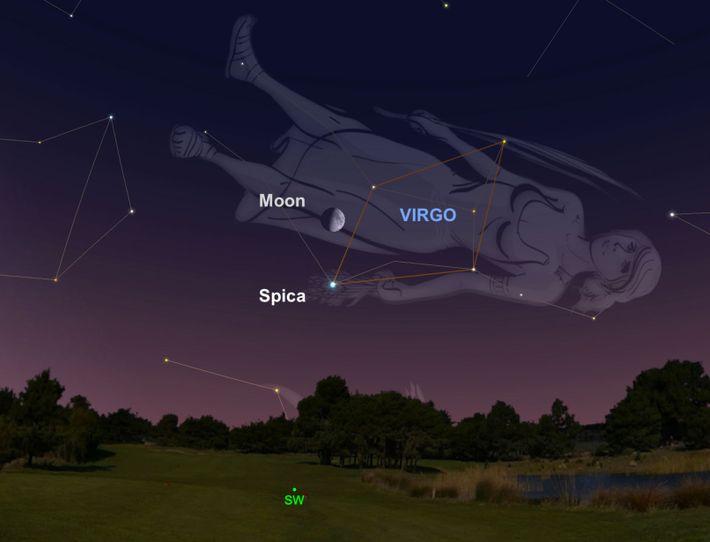 También el 9 de julio, busca la luna gibosa creciente que está flotando sobre la estrella ...