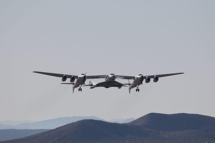Virgin Galactic llega al espacio enviando primero el vehículo SpaceShipTwo al aire junto a un avión ...