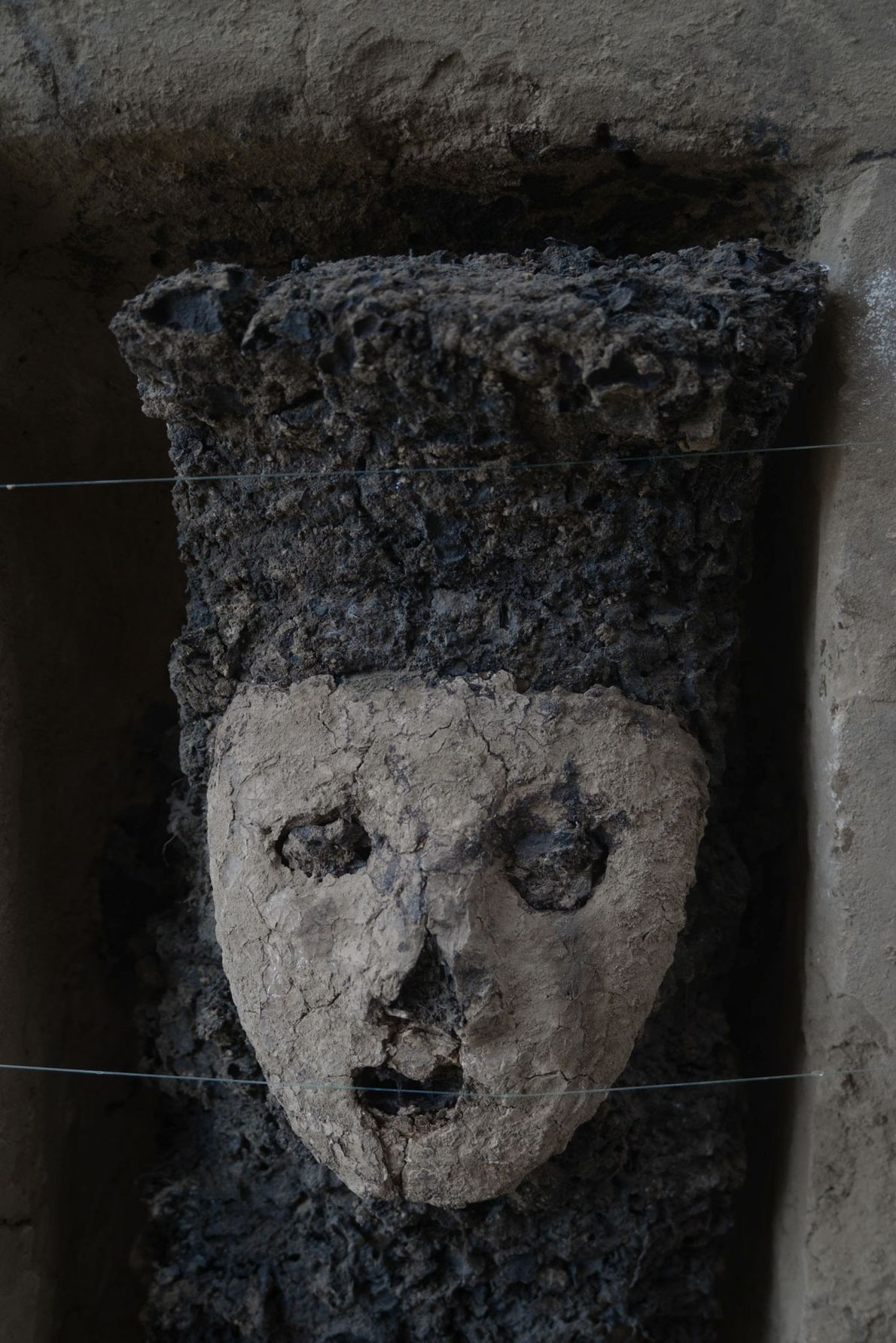 Las estatuillas de medio metro de altura poseen una máscara de arcilla; los arqueólogos notaron que ...