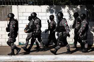 La  policía  mexicana  estableció  un  perímetro  para  separar  ...