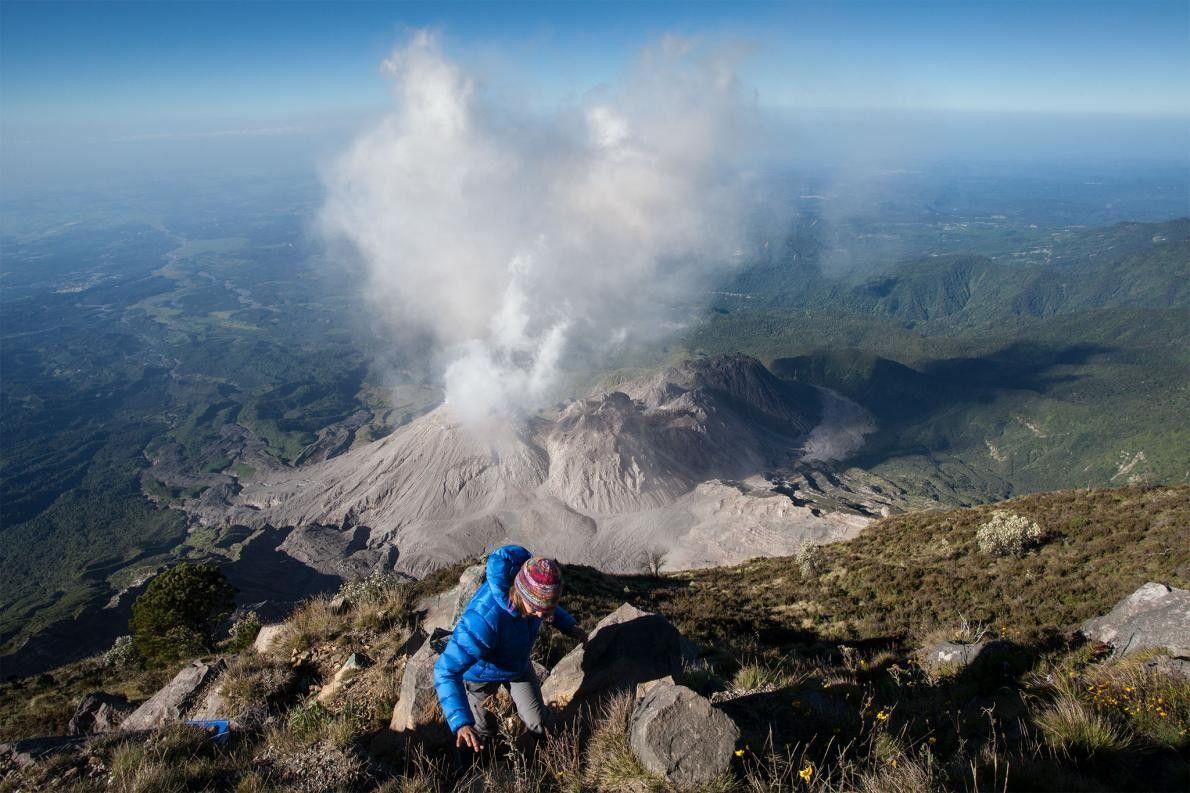 Grocke escala hasta el campamento del equipo, ubicado en la cima del volcán Santa María, tras ...