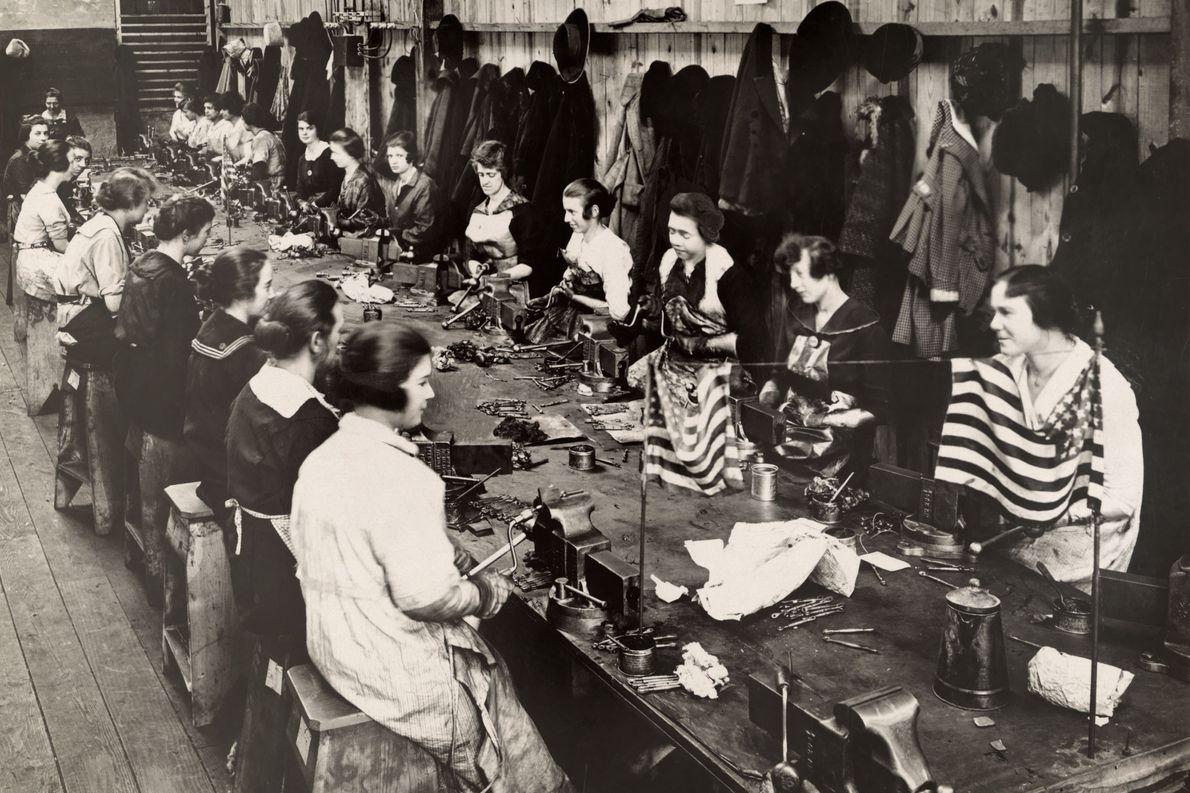 Los empleados fabrican tensores de avión en una fábrica en los Estados Unidos en 1918.