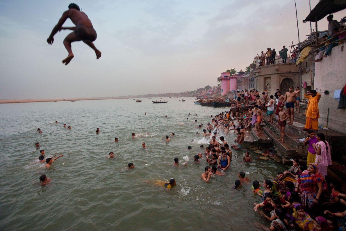 Varanasi se encuentra en el río Ganges y, según la creencia hindú, fue fundada por el ...