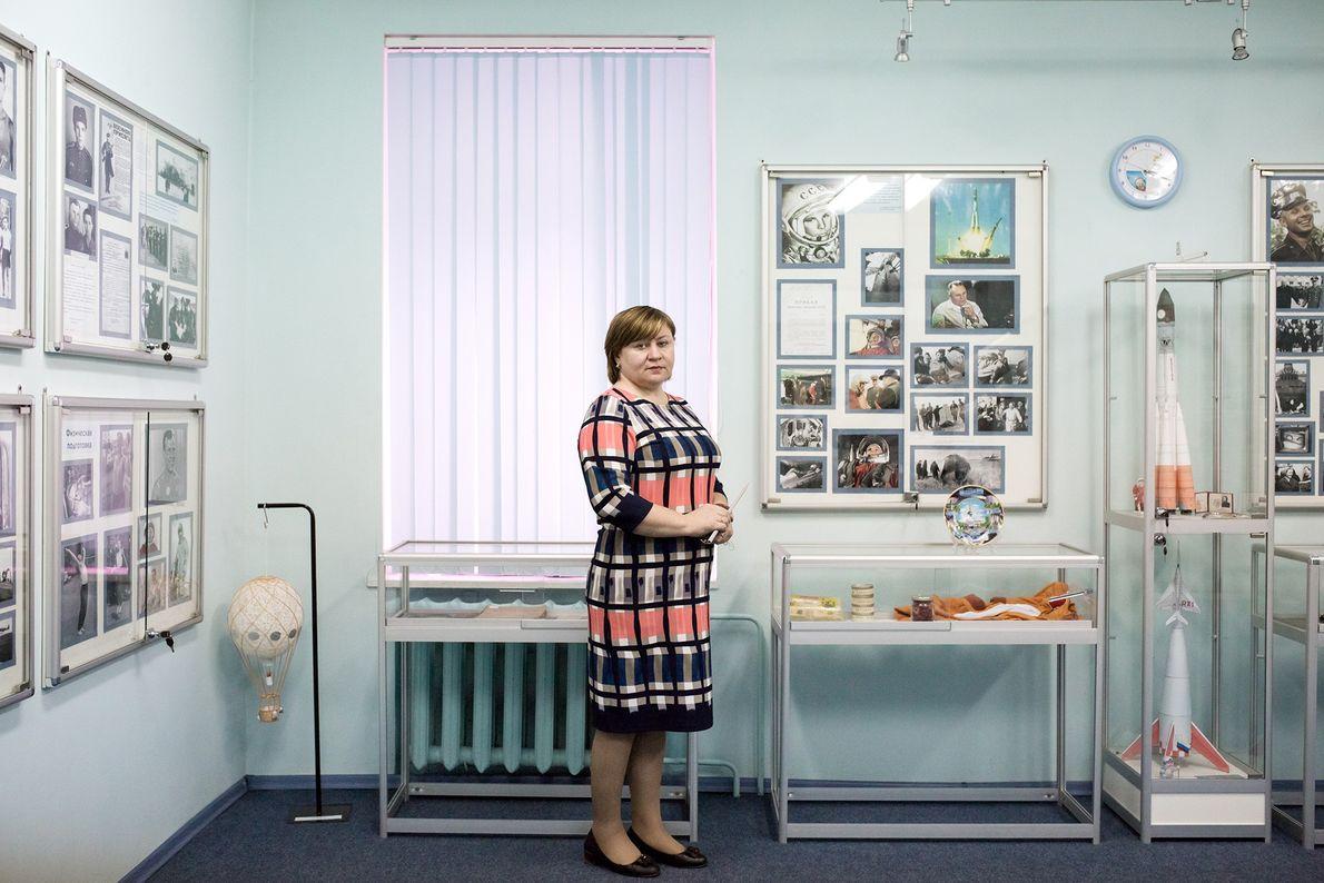 Natalia Tabac, directora de una escuela local, posa dentro de un museo creado en honor a ...