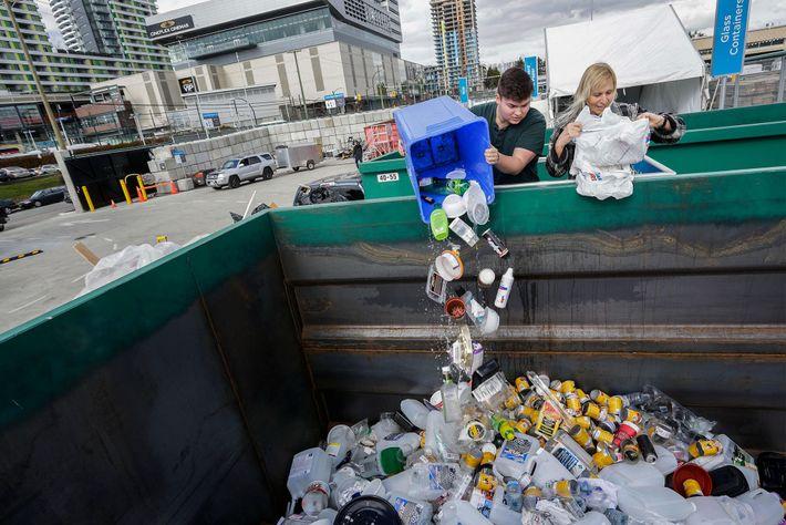 Residentes dejan materiales en el Centro Basura cero en Vancouver, Canadá, en marzo de 2018. El ...