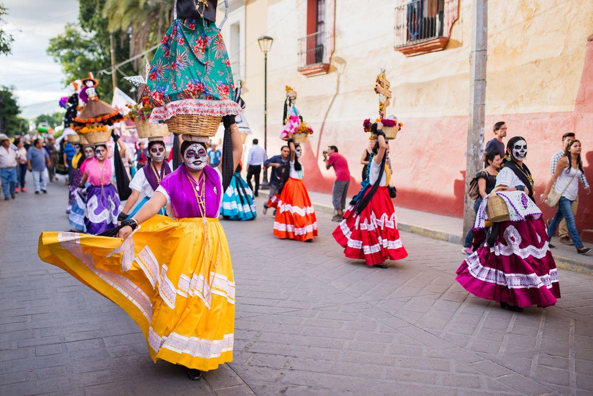 """Oaxaca, México, 2015 - """"Refleja la posición de los mexicanos ante la muerte: se le festeja, ..."""
