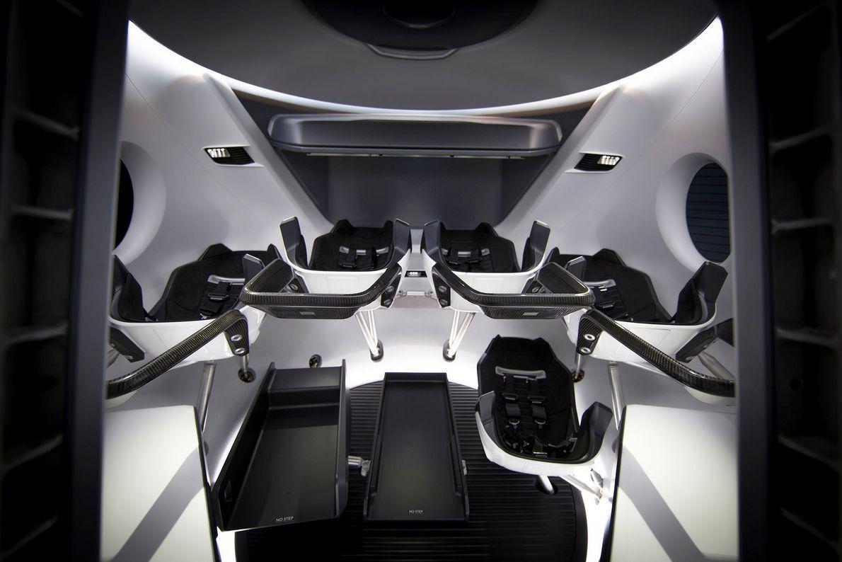 En su interior, la Crew Dragon puede transportar a hasta siete astronautas o una combinación de ...