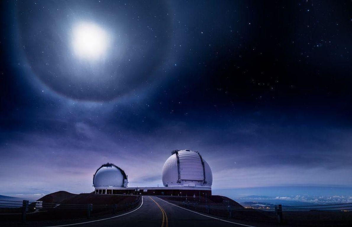Halo de 22° durante un eclipse lunar total a 4.200 metros de altura en la cima ...