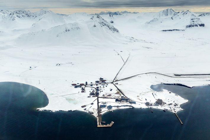El pueblo de investigación científica de Ny-Ålesund, visto desde un avión.