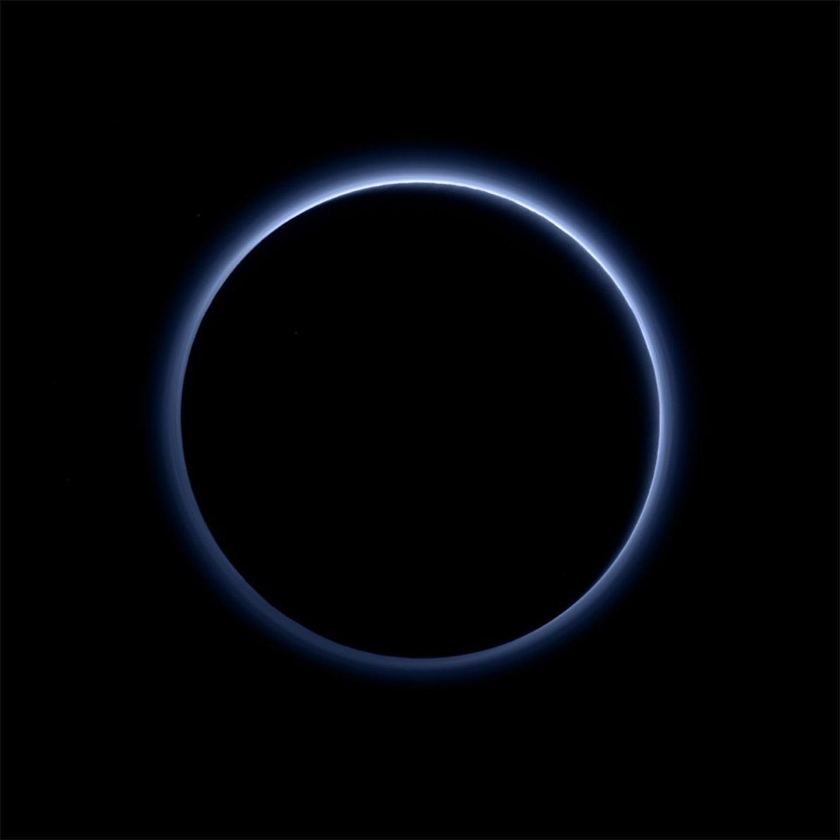 New Horizons tomó esta foto de Plutón con el sol directamente detrás del planeta enano, revelando ...