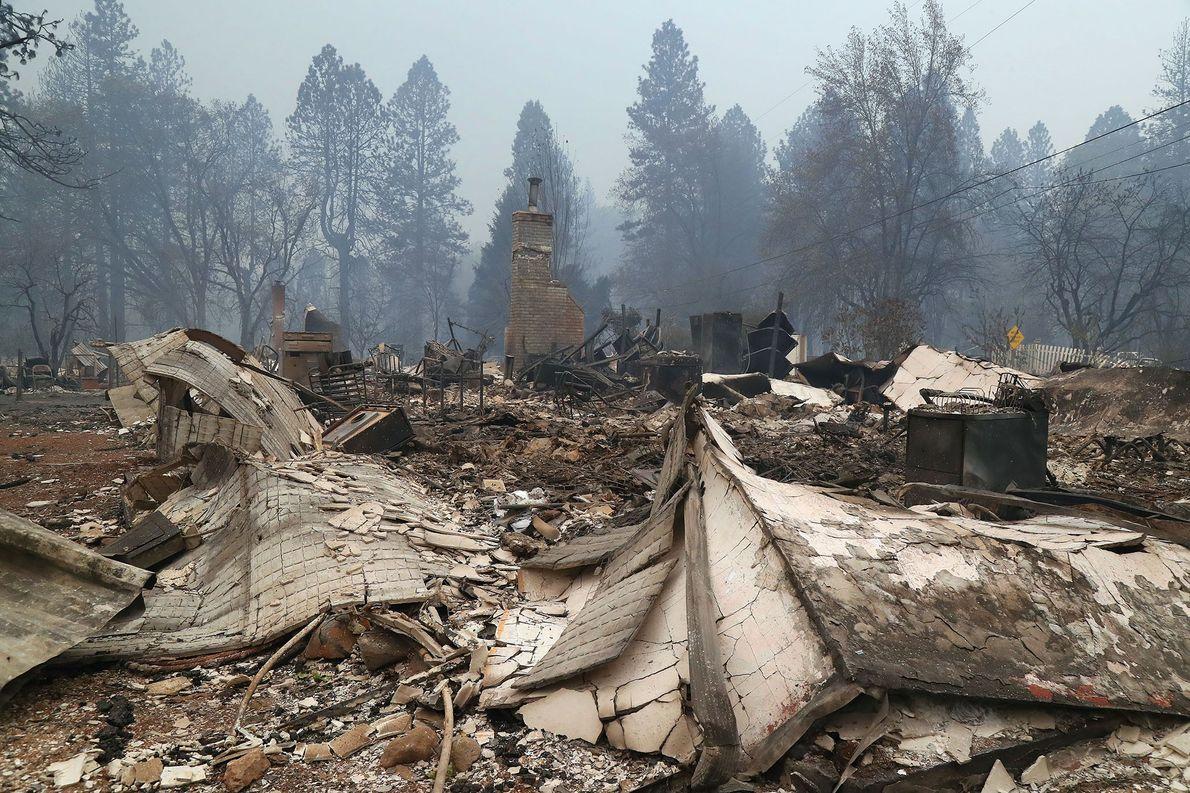 Las chimeneas fueron todo lo que quedaba de las residencias destruidas por el fuego en Paradise, ...