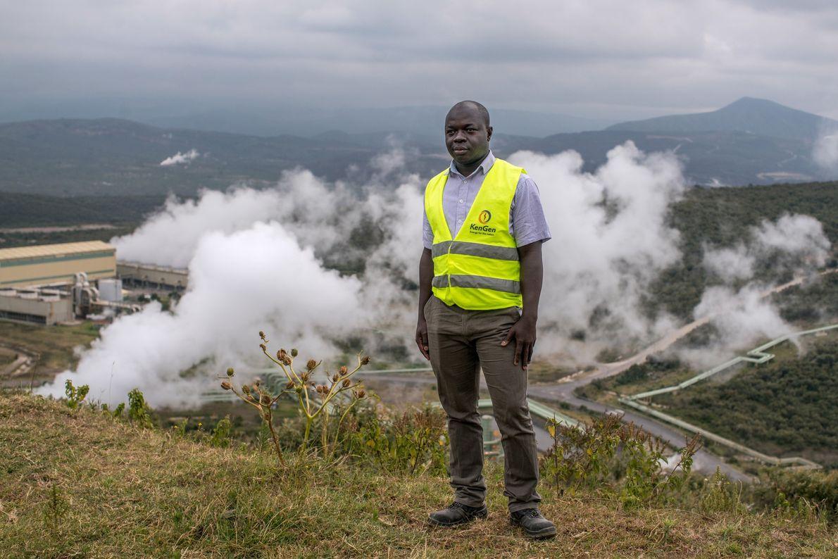 Victor Otieno, un geólogo de KenGen, la compañía eléctrica estatal de Kenia, se encuentra en una ...