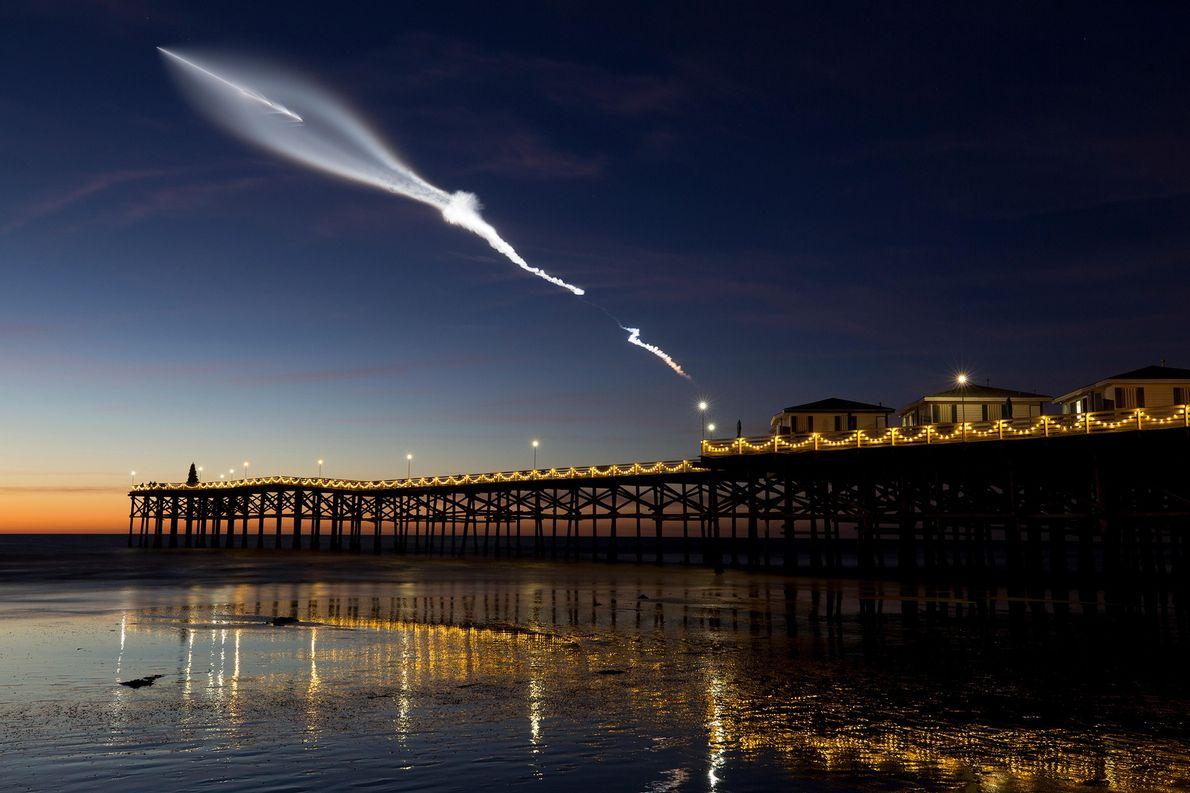 El cohete Falcon 9 de SpaceX se lanzó en diciembre de 2017. Desde Pacific Beach en ...