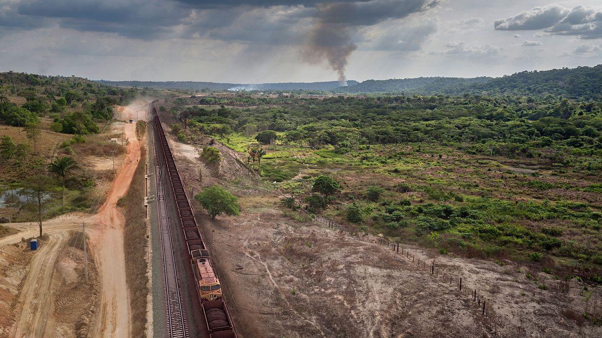 Trenes de una milla de largo, llenos de mineral ferruginoso, hacen ruido por las comunidades indígenas ...