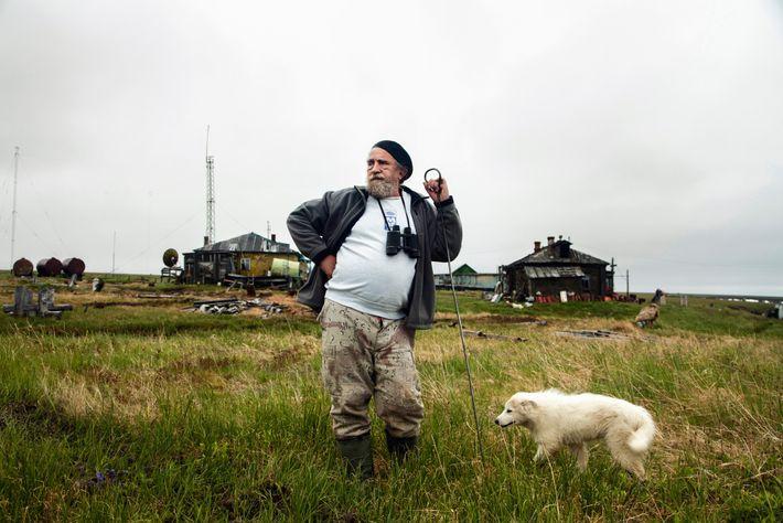 El científico Sergey Zimov mira fijamente por el océano Ártico en una estación de investigación a ...
