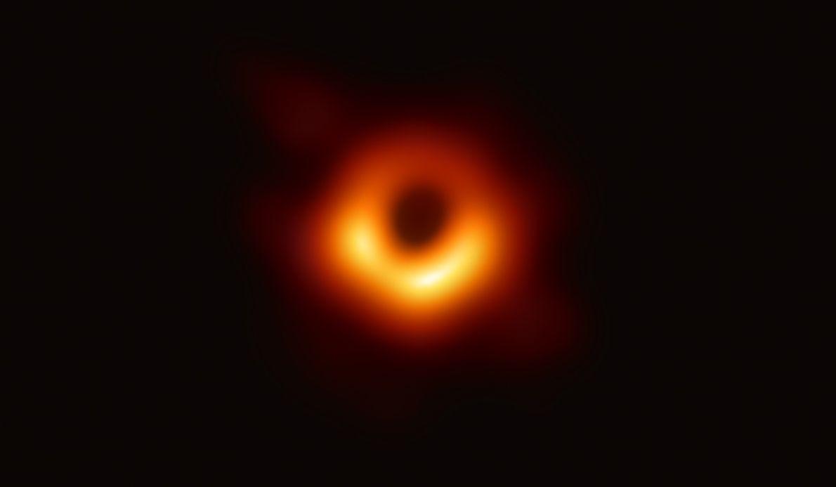 El 10 de abril, el Event Horizon Telescope hizo historia al revelar la vista del objeto ...