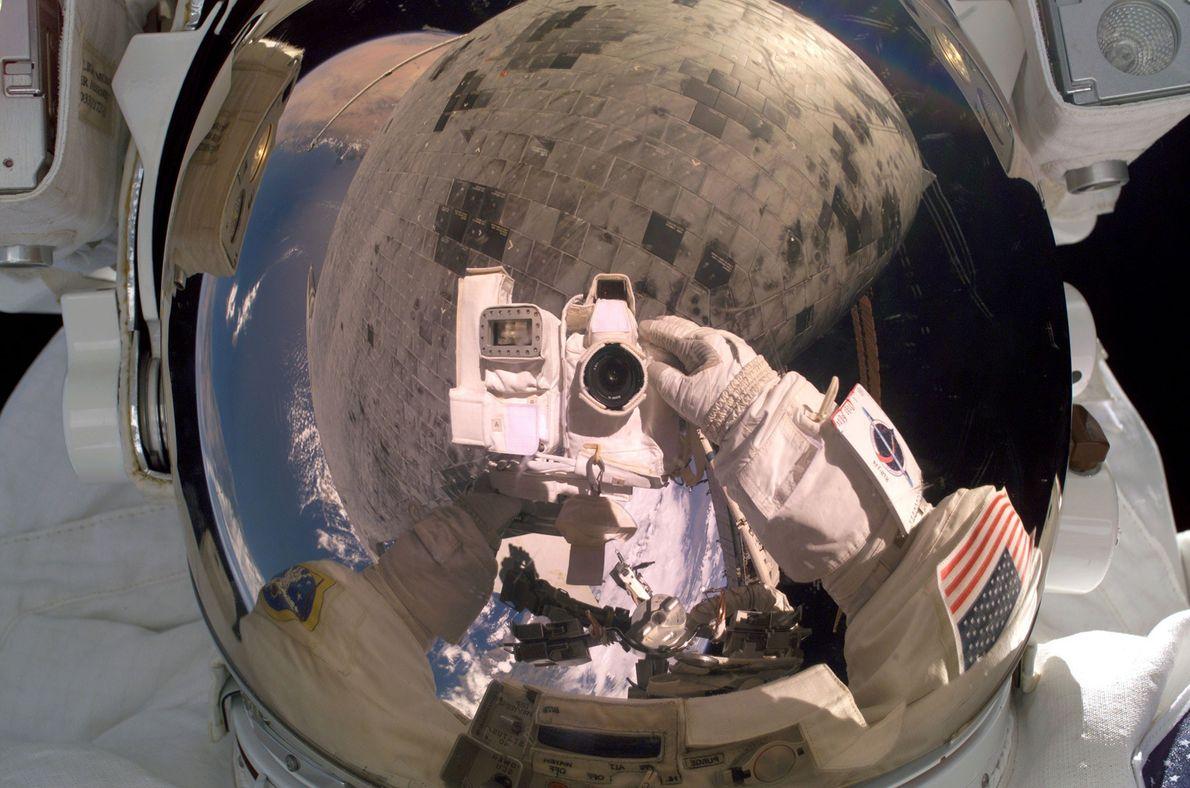 El 3 de agosto de 2008, el astronauta Steve Robinson gira la cámara hacia sí mismo ...