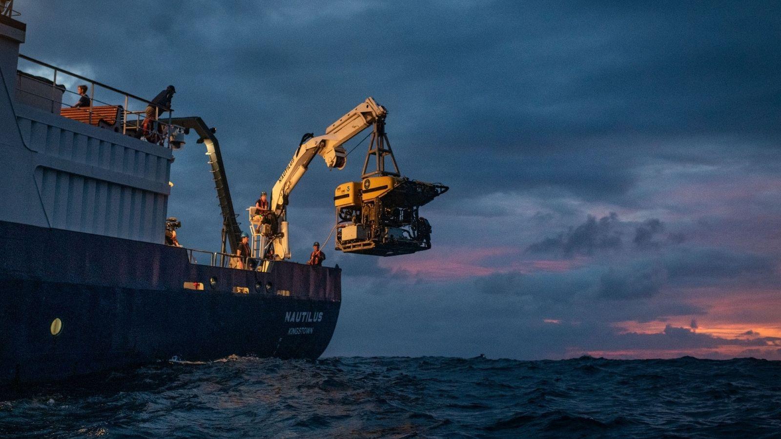 El vehículo de operación remota Hercules es sacado de las aguas de la isla de Nikumaroro ...