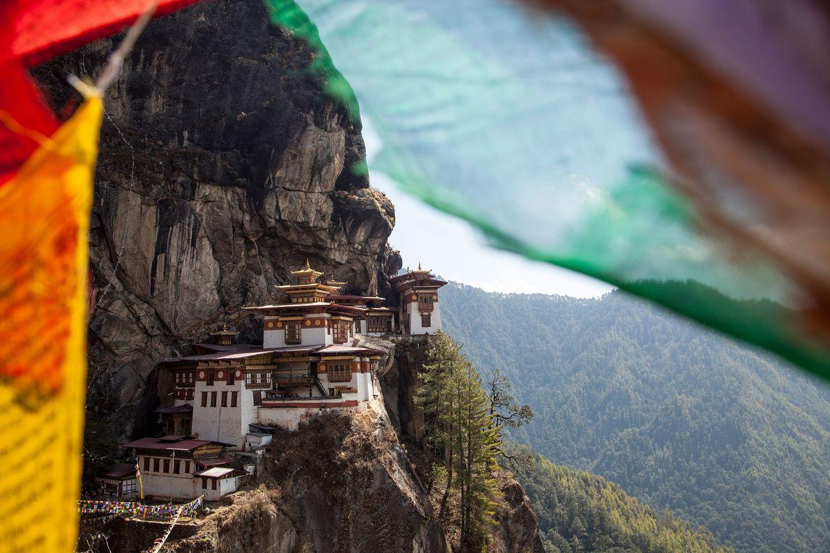 Paro Taktsang, ubicado en el valle de Paro en Bután, es un templo al lado del …