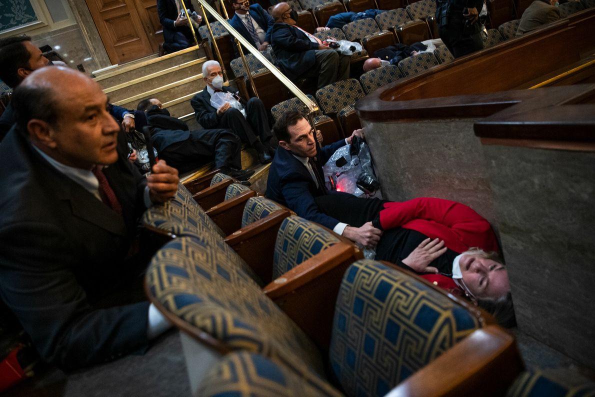 El representante de Colorado Jason Crow reconfortó a la representante de Pensilvania Susan Wild mientras se ...