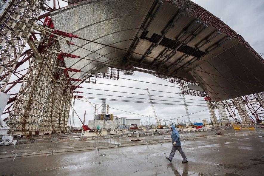 Un equipo internacional de ingenieros completando la primera etapa de construcción de un sarcófago protector en ...