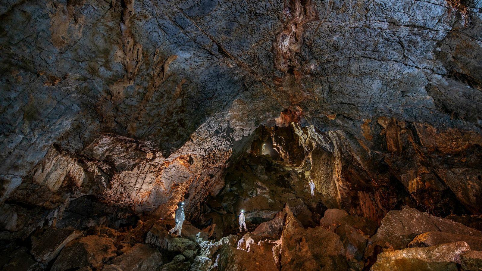 Los investigadores en la cueva de Chiquihuite usan equipo de protección para evitar áreas de contaminación ...