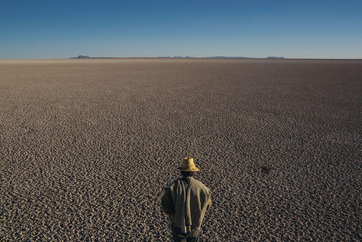 En las planicies de Bolivia, un hombre examina los restos de lo que fue el segundo ...