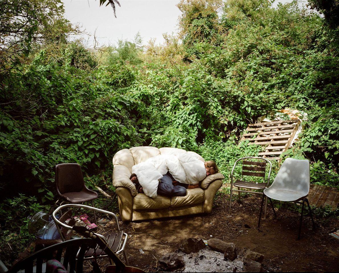 Una persona duerme en un sillón en Grow Heathrow. Los visitantes se acercan a la comunidad ...