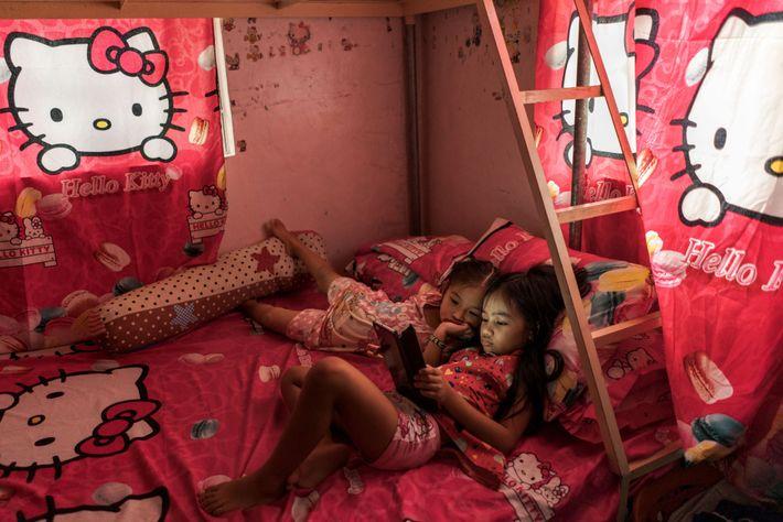 Althea Tolidanes, de ocho años, mira videos en medio de regalos de sábanas, almohadas y cortinas ...