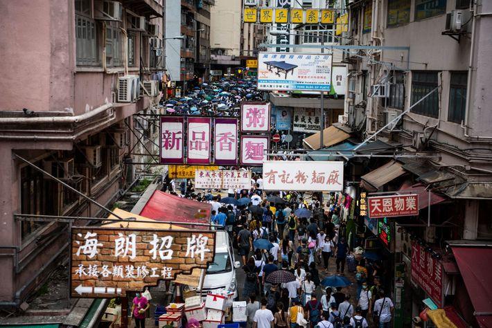 Protesta contra la ley de seguridad nacional en Wan Chai, Hong Kong, el 1 de julio, ...