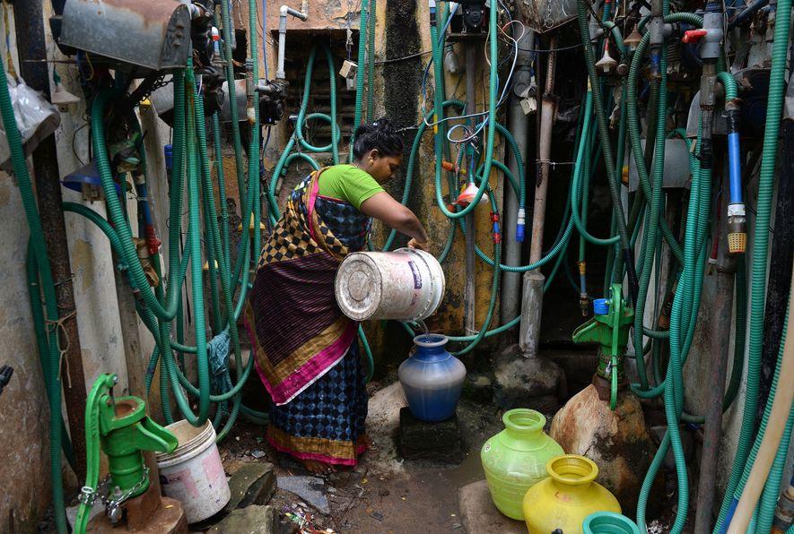 Un residente de Chennai llena una olla con agua de un grifo el 26 de junio ...