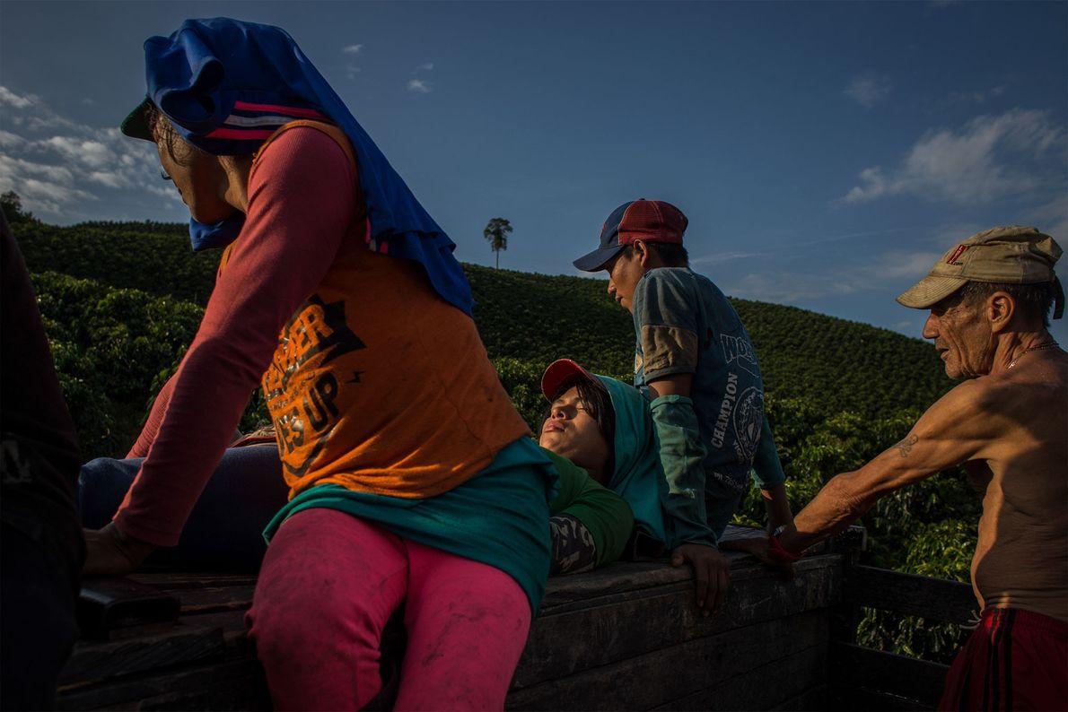 Omayra y Angélica sentadas en una camioneta de vuelta a sus residencias tras una jornada de ...