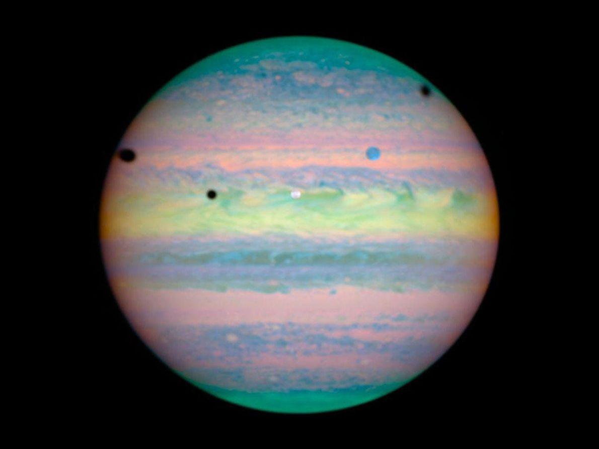 Las tres grandes lunas Ío, Ganimedes y Calisto, vistas en infrarrojo en esta imagen del telescopio ...