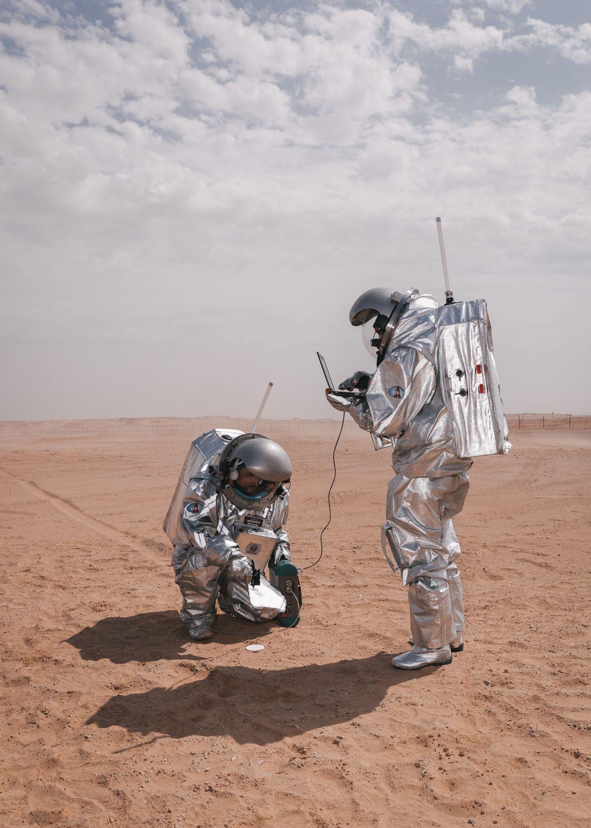 Carmen Köhler e Iñigo Muñoz Elorza, astronautas análogos, llevan a cabo un experimento de la Agencia ...