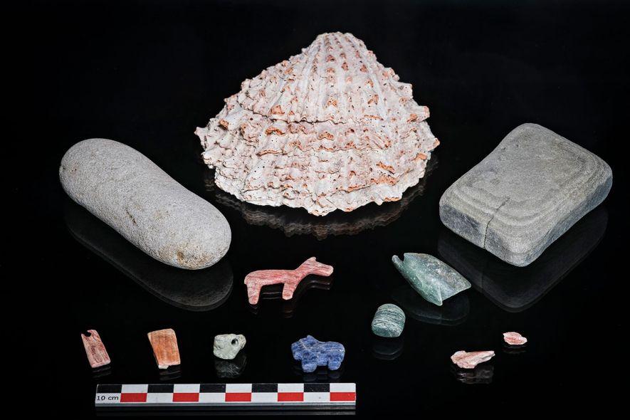 Una concha Spondylus, en el centro, era un objeto precioso en el estado de Tiwanaku y ...