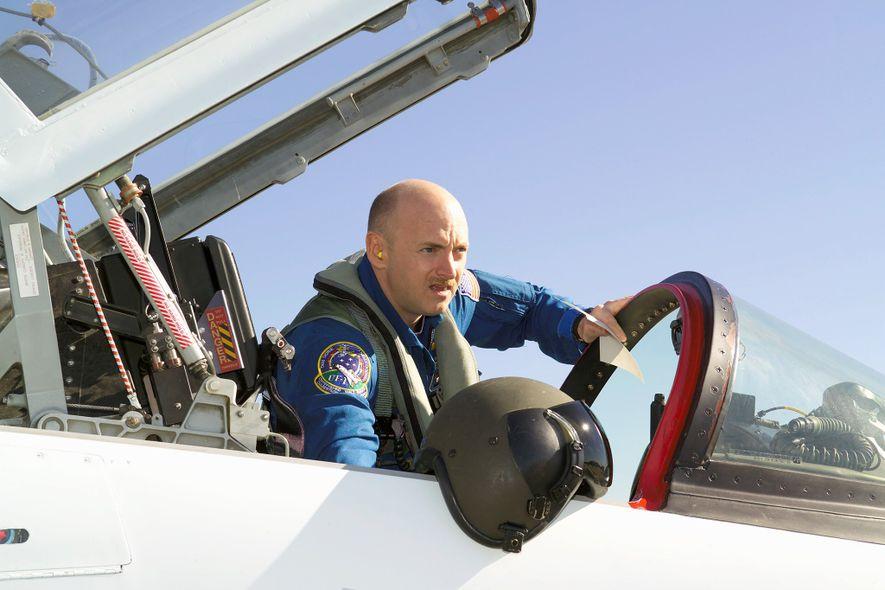 Mark Kelly se prepara para un viaje en el año 2006 a bordo de una nave ...