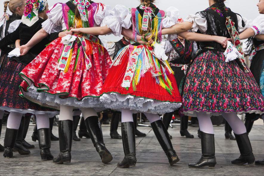 En Hollókő, Hungría, declarado Patrimonio de la Humanidad por la UNESCO, los locales celebran la Pascua ...