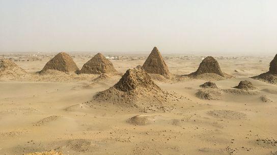 Una vista de la necrópolis real de Nubia en Nuri, con la pirámide del rey Siaspiqa ...