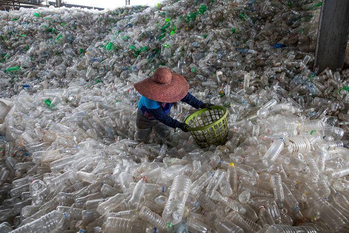 Botellas plásticas llenan la instalación de reciclado en Valenzuela, Filipinas.