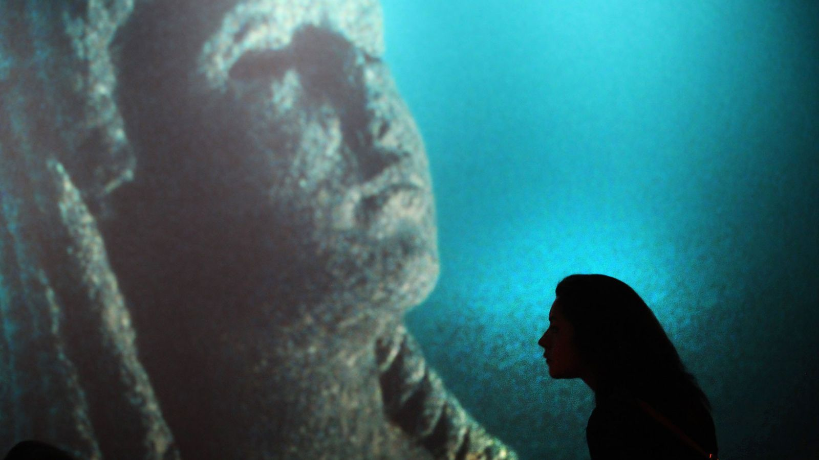 """Un visitante del California Science Center observa los artefactos en la exhibición """"Cleopatra, The Search for ..."""