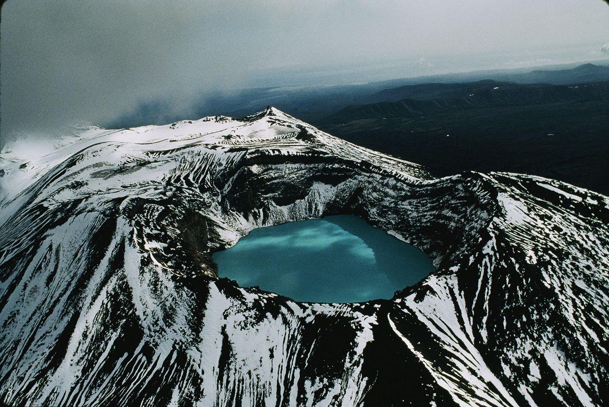 Una vista aérea muestra un lago de cráter en uno de los tantos volcanes en la ...