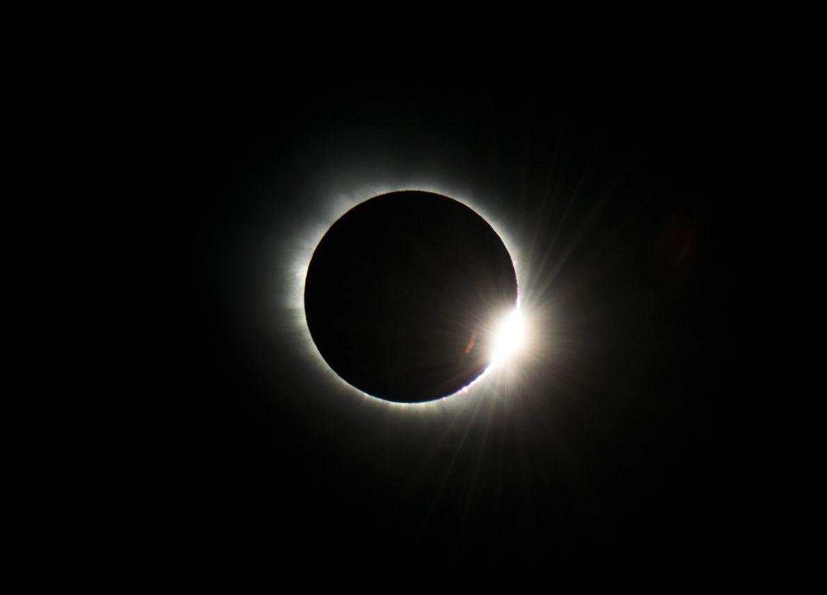 En general, Honda lleva al menos dos cámaras cuando va a fotografiar eclipses: una con un ...