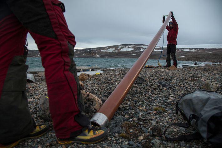 El equipo de científicos prepara un tubo para tomar muestras de los sedimentos lacustres en la ...
